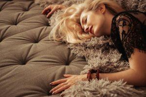 жена лежи на диван